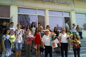 Директорът Елена Кисьова се снима със 7. Г клас, които завършват с най-висок успех, сним