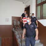 Охраната води Николай Наков към съдебната зала.
