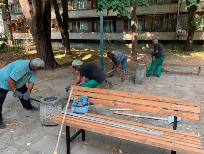 """Десет нови пейки са монтирани в междублоковото пространство на бул. """"Свобода"""" №19-31"""