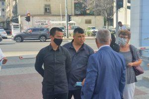 Петър Маринашки с близките и адвоката си пред съда.