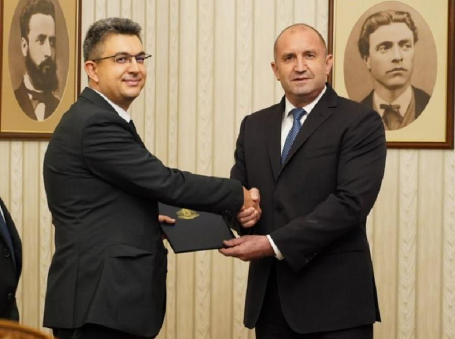 Президентът връчи мандата на Пламен Николов