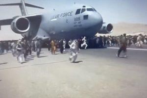 Хаос и паничеки страх царят на летището в Кабул