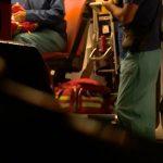 Екип медици оказва първа помощ на оцелелите в катастрофата с Хамстера.