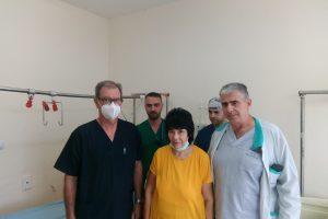 Пациентката Марийка Недкова и екипът хирурзи, който я е оперирал.