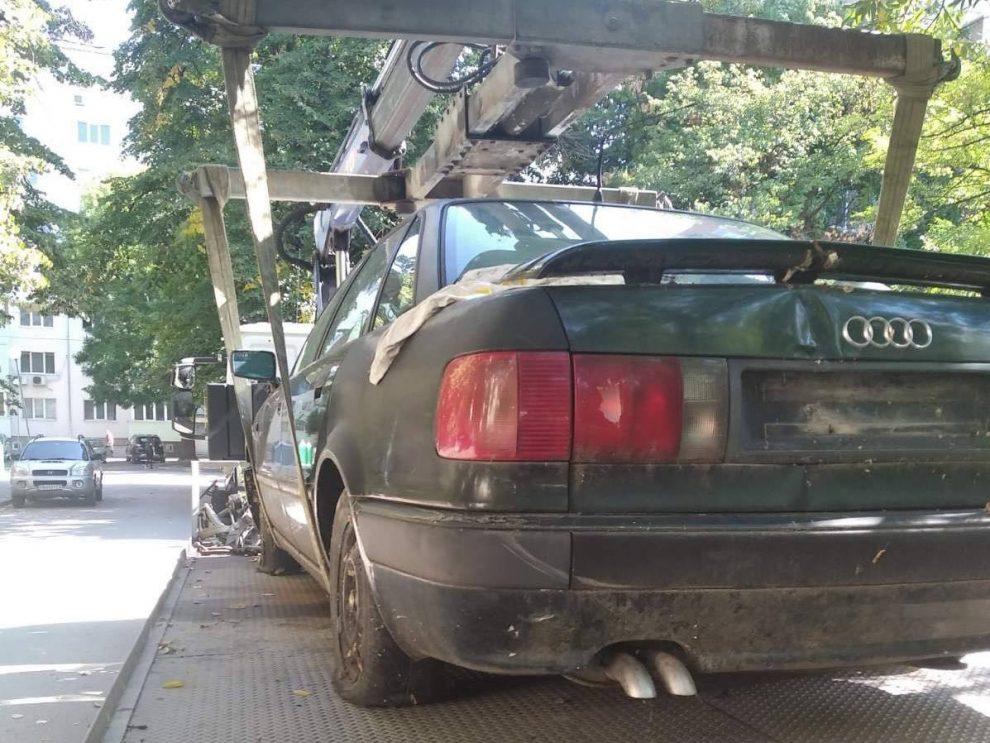 Един от вдигнатите автомобили.