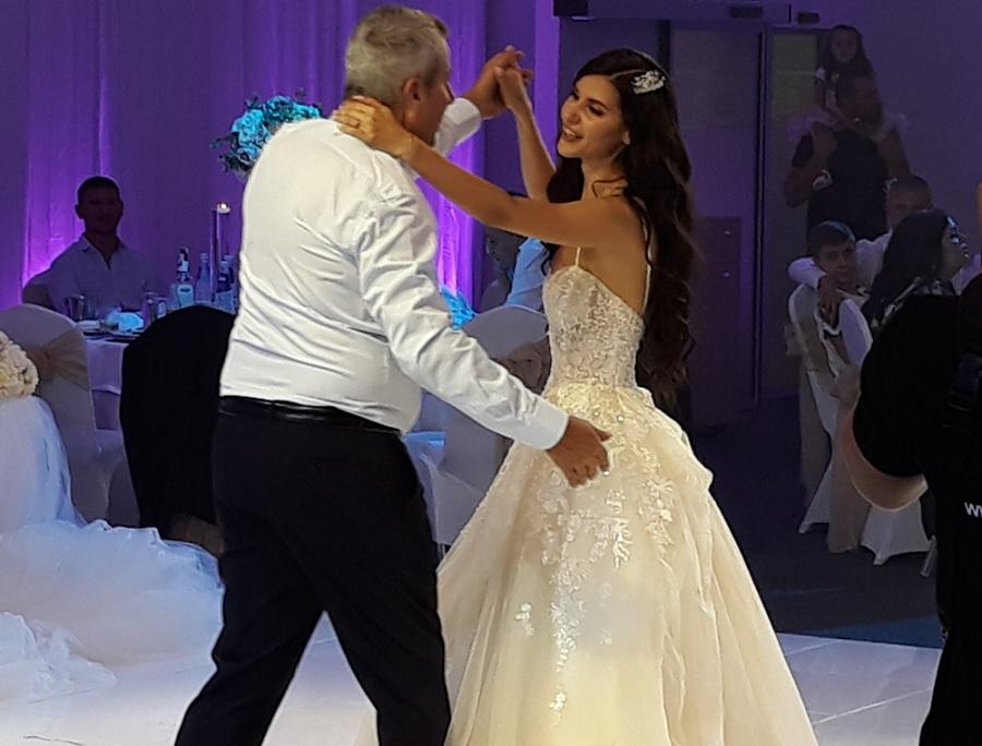 Бащата на булката Костадин Сараваков също показа танцови умения с щерка си.