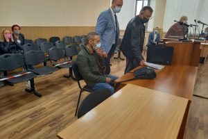 Дилян Лазаров в съдебната зала с адвокатите си.