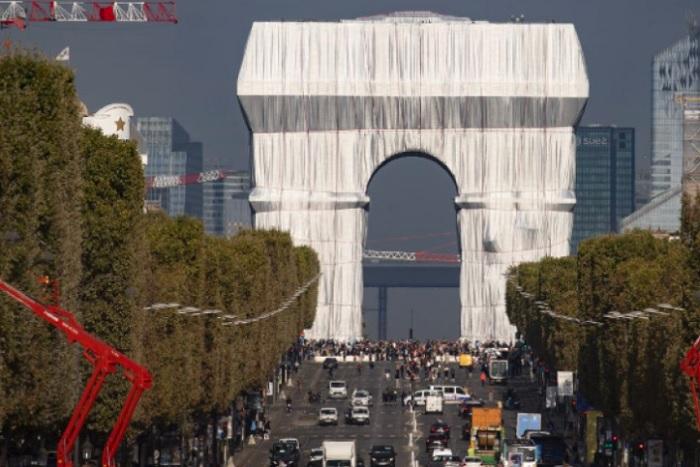 Туристи от цял свят се стичат към Париж, за да видят опакованата Триумфална арка