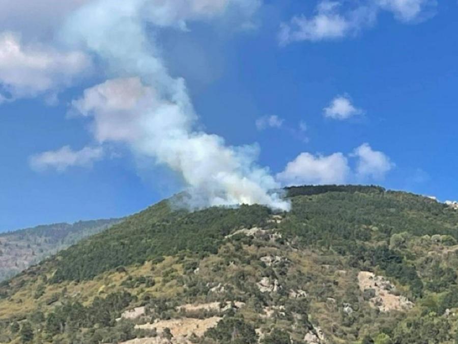 Пожарът над Карлово се вижда отдалече.
