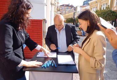 """Между 16.00 и 19.00 ч. """"Промяната продължава"""" събира подписи за участието си в парламентарните избори на 14 ноември."""
