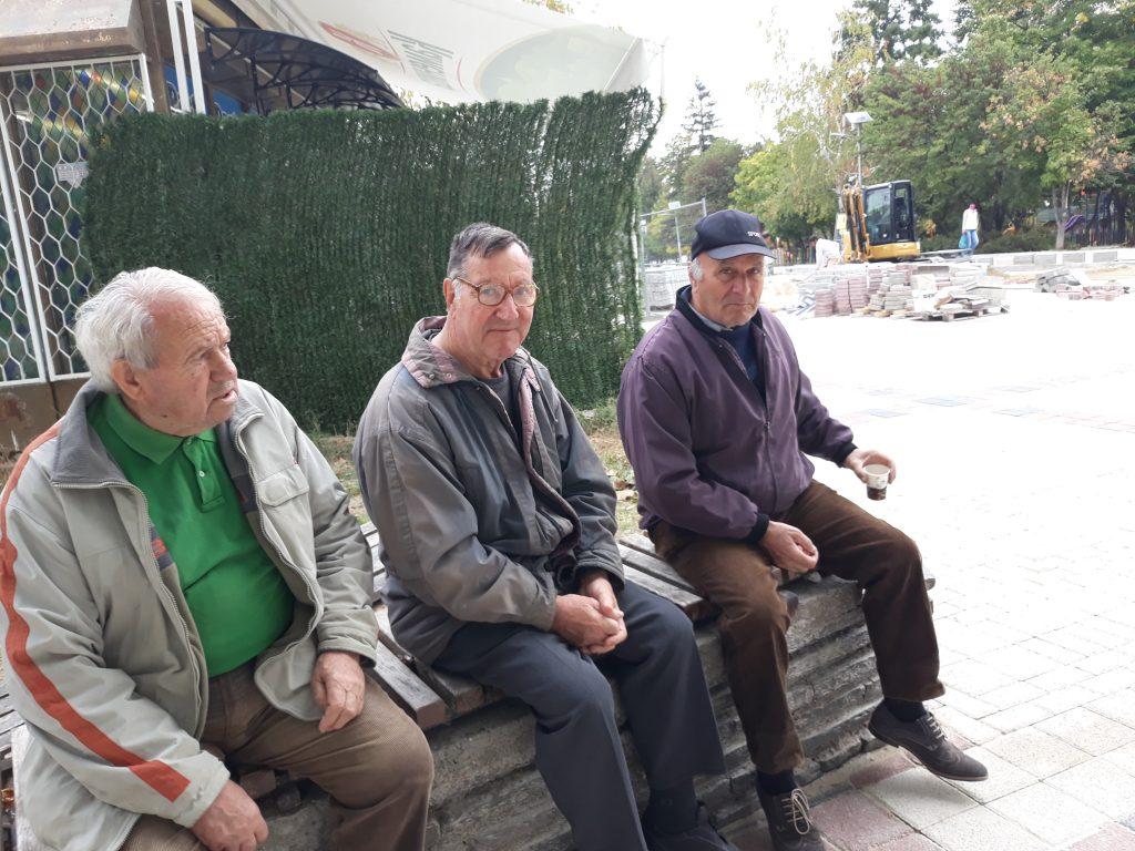 Пенсионери отрано се събират на площада в Перущица и коментират одобрително новата придобивка.