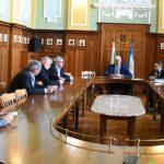 Кметът на Пловдив и превозвачите. Засега тримата са само с парична гаранция.