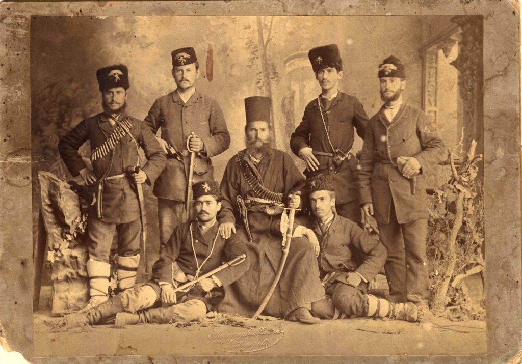 Героят от Съединението поп Ангел Чолаков с четниците си. Фотограф: Димитър Кавра, 1885 г.