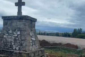 От войнишките гробища край Кавадарци е останал само паметникът.
