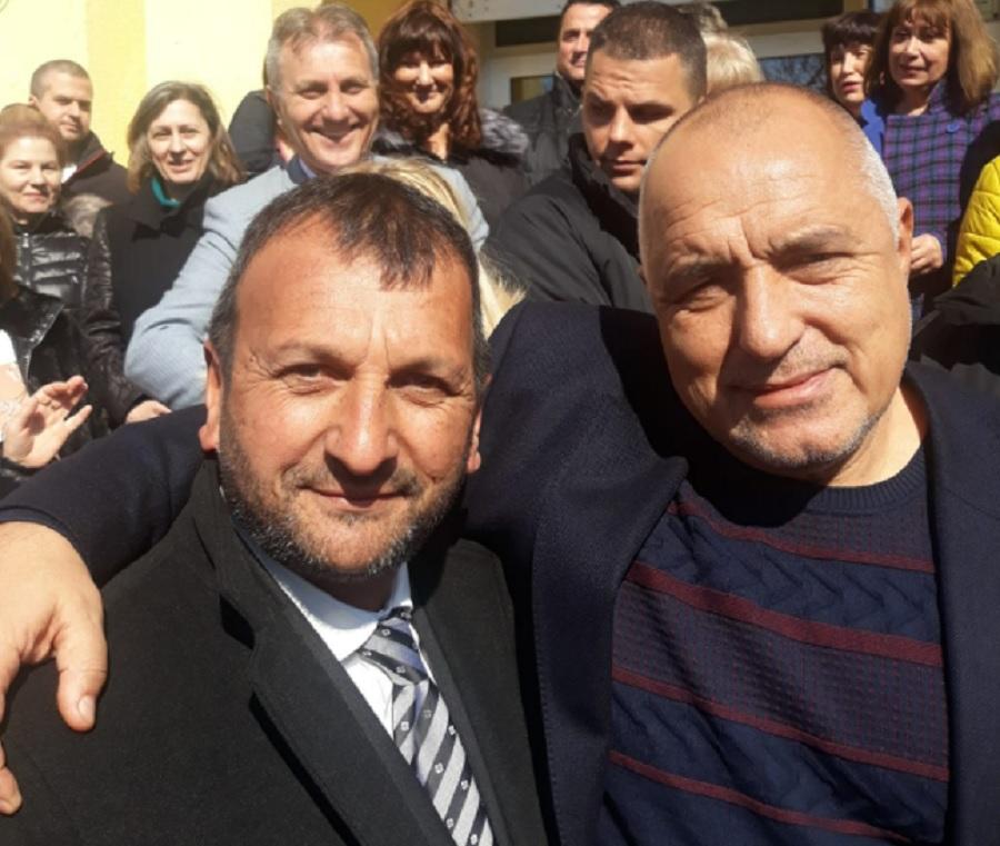Кольо Костов се прегръща с Бойко Борисов. Съмнителен ли е?