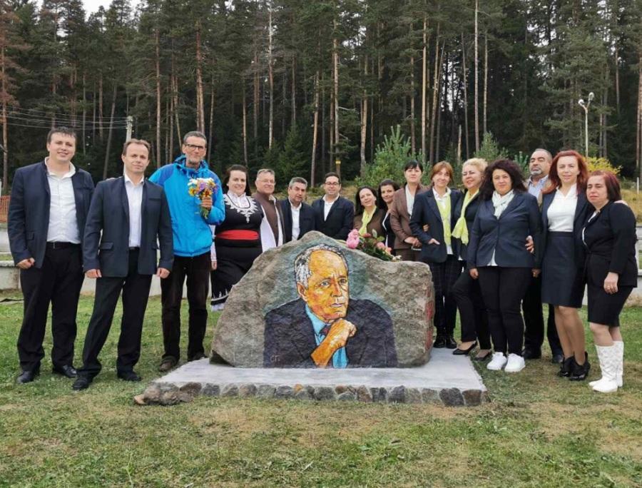 Скалният къс с лика на Николай Хайтов