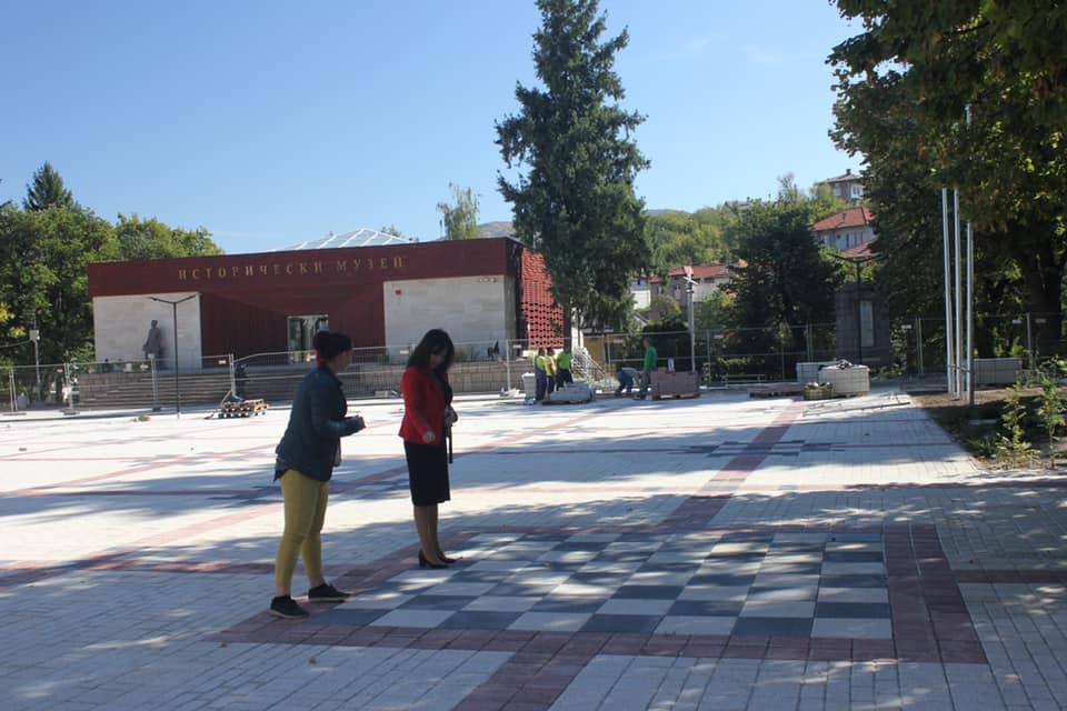 Кметицата на Перущица Мария Витанова-Вълканова инспектира строежа на площада.